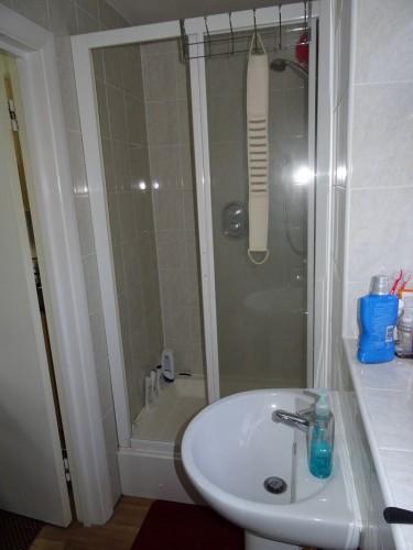 Camera foarte curata, mobilata - de la 1 iulie - intre East Ham si Upton Park (E6)